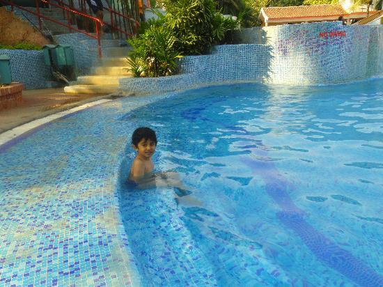 a good experience of swimming First of all, swimming pools contrast with natural bodies of water because pools have been created with one purpose in mind: to make the swimming and recreational experience as fun and safe as possible.