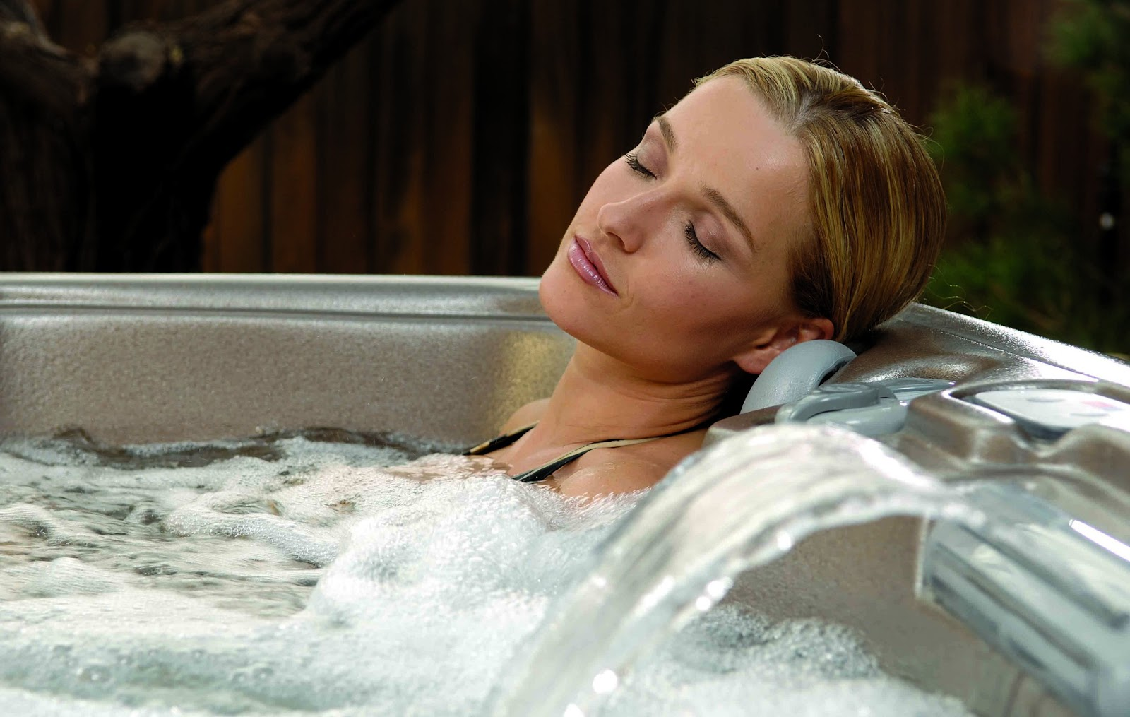 How to Relax With a Hot Bath